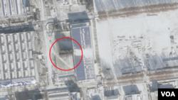 평안남도 평성의 '3월16일' 공장을 찍은 1월9일자 위성사진. 공장 앞에 ICBM 조립건물(붉은 원 안)로 추정되는 시설이 세워져 있으며 그 뒤로 긴 그림자도 보인다. (제공=Planet)
