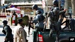 Polisi khusus Afghanistan tiba untuk mengamankan lokasi ledakan di Kabul, Afghanistan hari Rabu (2/4).