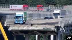 El derrumbe de un tramo de 80 metros (260 pies) del puente Morandi hizo que docenas de autos y tres camiones pesados cayeran al vacío desde una altura de 45 metros.