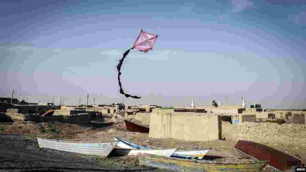 طعم شور زندگی هامون نشینان در سیستان و بلوچستان. بادبادکی که شاید نشانه امید باشد.... عکس: امین برنجکار، مهر