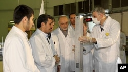 在這張由伊朗總統辦公室公佈的照片﹐伊朗總統艾哈邁迪內賈德(左二)二月15日參觀伊朗北部的一個核反應堆。