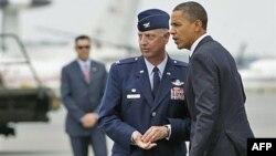 Predsednika Obamu u Vazduhoplovnoj bazi Dover dočekao je pukovnik Mark Kamerer. Predsednik je razgovarao sa porodicama 30 Amerikanaca ubijenih u padu NATO helikoptera u Avganistanu.