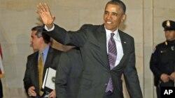 Tổng thống Obama chào các nhà báo trong khi đến họp với các đại biểu đảng Dân chủ tại trụ sở Quốc hội 14/3/13