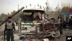 11月16日喀布尔郊区自杀式汽车炸弹爆炸的现场