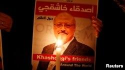 ປ້າຍປະທ້ວງ ອັນນຶ່ງ ແມ່ນມີພາບຂອງນັກຂ່າວຊາວຊາອຸດີ ທ່ານ Jamal Khashoggi ຂ້າງນອກສະຖານກົງສຸນ, ໃນນະຄອນອິສຕັນບູລ, ເທີກີ, 25 ຕຸລາ 2018.