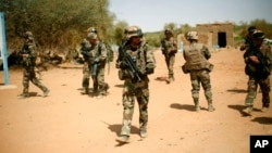 Militares francesas asseguram o controlo da zona onde se registou a explosão de uma bomba dos rebeldes, a entrada da cidade de Gao, Fev. 10 2013