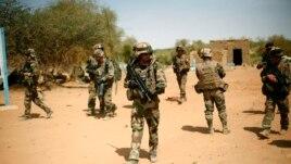 Francuski vojnici obezbedjuju oblast koju je napao bombaš samoubica u gradu Gao, Mali, 10.februar, 2013.