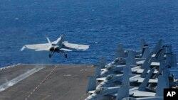 Sebuah pesawat F/A-18E Super Hornet tampak tinggal landas dari kapal induk AS USS Abraham Lincoln di yang berada di Timur Tengah (foto: dok).
