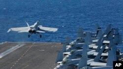 همزمان با افزایش تهدید ایران به بستن تنگه هرمز، ایالات متحده ناو هواپیمابر آبراهام لینکلن را به خلیج فارس اعزام کرد.