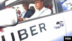 William Heidt, U.S. Ambassador to Cambodia, sits in the passenger seat of an Uber car in Phnom Penh, Cambodia, September 28, 2017. (Hul Reaksmey/VOA Khmer)