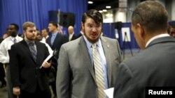 지난 8일 미국 워싱턴 DC에서 열린 전역 군인 취업박람회에서 구직자들이 인터뷰를 하고 있다.