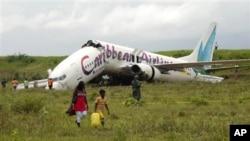 失事飛機滑出跑道。