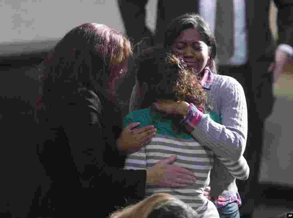 Des habitants se sont rassemblés pour une vigile en mémoire des victimes du massacre de l'école primaire Sandy Hook