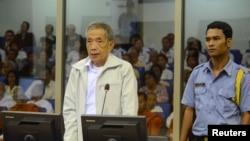 Cựu cai ngục Kaing Guek Eav ra trước Tòa án xét xử Khmer Ðỏ (ECCC) tại Phnom Penh. (Hình chụp ngày 20/3/2013)