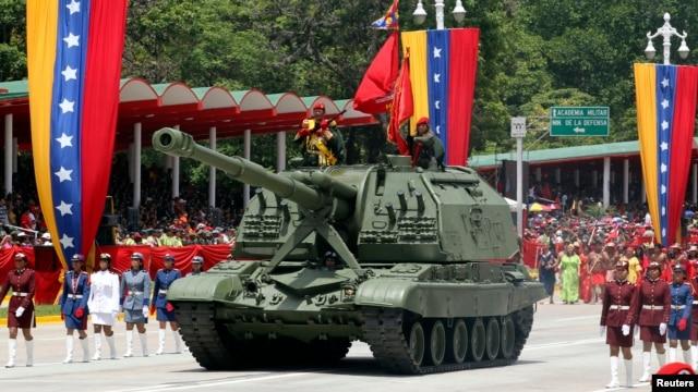 Un tanque venezolano durante una parada miitar en Caracas. Estados Unidos sancionó a la empresa estatal venezolana Cavim por transferir teconología con Irán, Corea del Norte o con Siria.