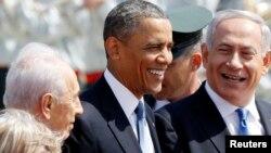 Thủ tướng Netanyahu (phải) và Tổng thống Shimon Peres (trái) của Israel đón Tổng thống Obama khi ông đến phi trường quốc tế Ben Gurion ở Tel Aviv, Israel, 20/3/13