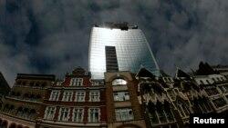 3일 런던 중심가에 신축 중인 워키토키 타워의 유리창이 햇빛에 반사된 모습.