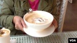 咖啡來了,不是一杯,而是一碗(美国之音杨晨拍摄)