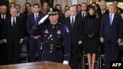 Le leader de la majorité au Sénat Mitch McConnell (R-KY), le président de la Chambre des représentant Paul Ryan (R-WI), le vice-président Mike Pence, la Première dame Melania Trump et le président Donald Trump assistent à une cérémonie en l'honneur de Bill Graham, Washingtin, le 28 février 2018