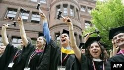 Американських випускників вітають лідери країни та зірки Голлівуда