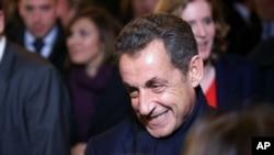 Mantan presiden Perancis Nicolas Sarkozy meninggalkan kantor pusat partainya di Paris (29/11). (AP/Thibault Camus)