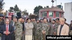 وزیر داخلہ چوہدیر نثار علی خان طورخم سرحدی گذرگاہ پر امیگریشن سہولتوں کے افتتاح کے موقع پر عہدے داروں کے ہمراہ۔ 21 دسمبر 2016