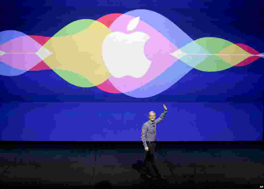 CEO Apple Tim Cook membuka acara Apple di Auditorium Bill Graham Civic di San Francisco, California. ​(AP/Eric Risberg)