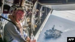 美国国防部长卡特视察在南中国海航行的罗斯福号航母后乘坐V-22鱼鹰直升机 (2015年11月5日)