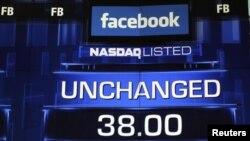 На мониторе - стоимость акций Facebook до заключительного звонка на бирже NASDAQ в Нью-Йорке, 18 мая 2012 года