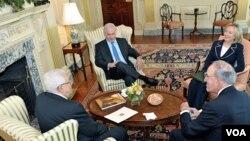 Menlu AS Hillary Clinton dan utusan khusus AS George Mitchell (kanan) dalam pertemuan trilateral dengan PM Netanyahu dan Presiden Abbas (kiri) di kantor Deplu AS, hari ini 2 September 2010.