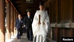지난 4월 야스쿠니 신사 관계자(맨 앞)의 안내에 따라 참배를 진행하고 있는 일본 정치인들. (자료사진)