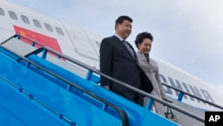 中国国家主席习近平与夫人抵达海牙