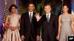 바락 오바마 미국 대통령 부부가 23일 부에노스아이레스에서 마우리시오 마크리 아르헨티나 대통령이 주최한 국빈만찬에 참석했다. 왼쪽부터 미셸 오바마 여사, 오바마 대통령, 마크리 대통령과 부인인 줄리아나 아와다 여사.