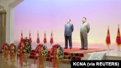 Patung Kim Il Sung dan Kim Jong Il. Pemimpin Korea Utara Kim Jong Un dan istrinya, Ri Sol Ju memberikan penghormatan kepada Kim Il Sung, untuk menandai ulang tahun pendiri negara bagian, di Pyongyang. (Foto: KCNA via Reuters)