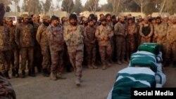 Pasukan keamanan Pakistan memberikan penghormatan terhadap 4 tentara yang tewas dalam bentrokan dengan kelompok militan bersenjata berat di sebuah pusat latihan paramiliter, Pakistan barat daya, Selasa (1/1).
