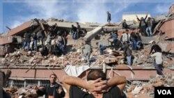 80 complejos habitacionales se desplomaron en Ercis y unas 40 personas habían quedado atrapadas entre los escombros.