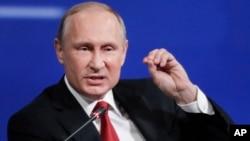 Presiden Rusia Vladimir Putin berbicara di Forum Ekonomi Internasional di St.Petersburg, Rusia, Jumat (2/6).