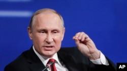 俄羅斯總統普京在聖彼得堡舉行的國際經濟論壇上發表講話(2017年6月2日)