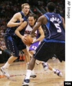 Point guard Phoenix Suns, Steve Nash, akan memimpin timnya menghadapi Portland Trail Blazers.