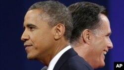 Presiden Barack Obama dan Capres partai Republik Mitt Romney setelah selesai melakukan debat terakhir di Boca Raton, Florida Senin malam (22/10).