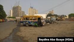 Des ''Car rapide'' à la gare de Lat Dior, à Dakar, au Sénégal, le 21 mai 2017. (VOA/Seydina Aba Gueye)