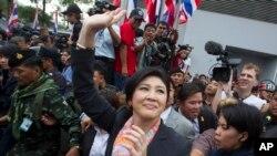Thủ tướng Thái Lan Yingluck Shinawatra vẫy chào người ủng hộ tại Bangkok, ngày 7/5/2014.