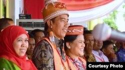 Presiden Joko Widodo, didampingi ibu negara Iriana dan Menteri Sosial Khofifah Indar Parawansa (kiri), dinobatkan sebagai raja Dayak ketika berkunjung ke Palangka Raya, Kalimantan Tengah (20/12). (Foto: Setpres Kepresidenan)