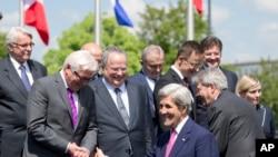 Sekretè Deta ameriken an, John Kerry (nan mitan), pandan yon rankont ak Minis Afè Etranjè Almay la, Frank-Walter Steinmeier (2èm a goch) epi Minis Afè Etranjè Lagrès la, Nikos Kotzias (4èm a goch), pandan yon foto an gwoup nan katye jeneral l'OTAN an nan vil Briksèl. (Foto Achiv).