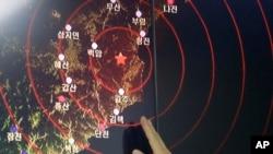 Pejabat Korea Selatan menunjukkan gelombang seismik dari gempa di Korea Utara yang diperkirakan disebabkan oleh uji coba nuklir terbaru oleh Pyongyang, Jumat (9/9).