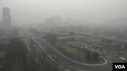 2016年12月20日中午,北京东长安街建国门立交桥依稀可见。(美国之音叶兵拍摄)