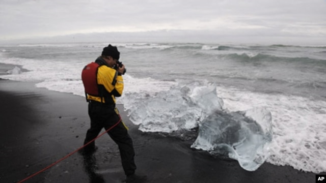 James Balog photographing ice diamonds in Iceland (July 2008)
