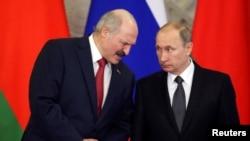 Зліва направо: президент Білорусі Олександр Лукащенко і президент Росії Володимир Путін