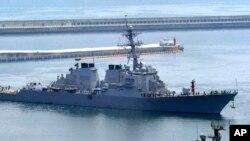 Khu trục hạm USS Wilbur Curtis có tên lửa dẫn đường của Mỹ.