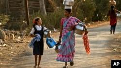 Indijke u selu Kasu idu po pijaću vodu